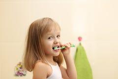 Зубы милой маленькой девочки чистые стоковая фотография rf