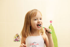 Зубы милой маленькой девочки чистые Стоковые Фотографии RF