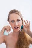 Зубы молодой женщины чистя никтой в белой студии стоковые фотографии rf