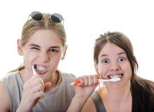 Зубы пар смешные чистя щеткой стоковые фотографии rf