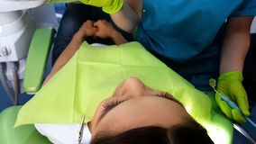 Зубы пациентов Stomatologist рассматривая, гигиена ротовой полости гигиены полости рта стоковое изображение rf