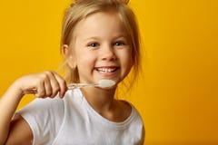 Молодые Девочки Играют С Зубными Щетками