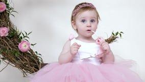 Зубы растут, младенец в eyeglasses грызть платья принцессы внутри помещения акции видеоматериалы