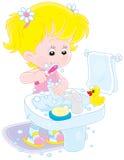Зубы ребенка чистя щеткой Стоковое фото RF