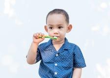 Зубы тайского ребёнка чистя щеткой Стоковые Изображения RF