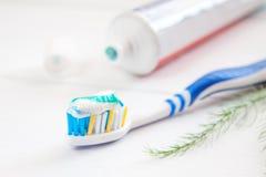 Зубы чистят щеткой и наклеивают зубоврачебную гигиену Стоковое фото RF