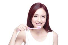 Зубы щетки женщины улыбки Стоковое Изображение