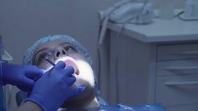 Зубы ` s женщины дантиста cheking с зеркалом акции видеоматериалы