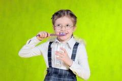 зуб девушки чистки Стоковая Фотография RF