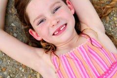 зуб милой передней девушки пропавший Стоковое Изображение RF