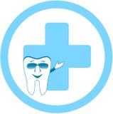 Зуб с зубоврачебным знаком клиники Стоковое Изображение