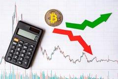 Зыбкост и прогнозирование курсов виртуального bitcoin денег Красные и зеленые стрелки с золотой лестницей Bitcoin на белизне стоковые фото