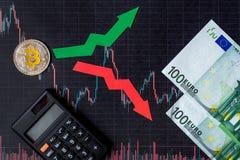 Зыбкост и прогнозирование курсов виртуальных денег Красные и зеленые стрелки с золотой лестницей Bitcoin на черной бумаге стоковое фото