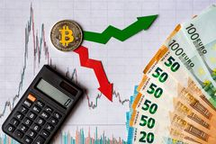 Зыбкост и прогнозирование курсов виртуальных денег Красные и зеленые стрелки с золотой лестницей Bitcoin на белой бумаге стоковые фото