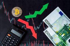 Зыбкост и прогнозирование курсов виртуальных денег Красные и зеленые стрелки с золотой лестницей Bitcoin на черной бумаге стоковые изображения rf