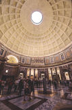 Здание архитектуры пантеона Crowdy старое в Риме Италии Стоковые Изображения