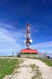 Здание башни радиосвязей против голубого неба Стоковая Фотография RF