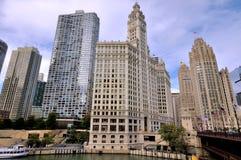 Здание башни с часами и трибуны Чикаго Wrigley около реки Стоковое фото RF