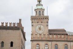 Здание башни с часами; Квадрат Maggiore аркады; Болонья; Италия Стоковые Изображения RF