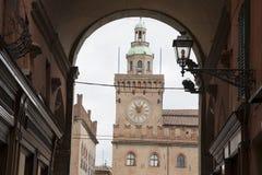 Здание башни с часами; Квадрат Maggiore аркады; Болонья; Италия Стоковые Фотографии RF