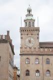 Здание башни с часами; Квадрат Maggiore аркады; Болонья Стоковое Изображение RF