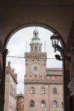 Здание башни с часами; Квадрат Maggiore аркады; Болонья Стоковые Изображения RF