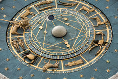 Здание башни с часами средневековых начал обозревая Signori dei аркады в Padova Стоковые Фотографии RF