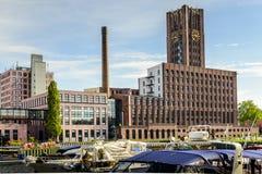 Здание башни с часами Modecenter Берлина с другой стороны реки Стоковое Изображение RF