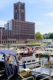 Здание башни с часами Modecenter Берлина с другой стороны реки Стоковое Изображение