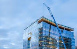Здание высотного здания стеклянное под конструкцией Стоковое фото RF