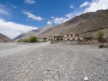 Здание в долине горы с голубым небом, Стоковое фото RF