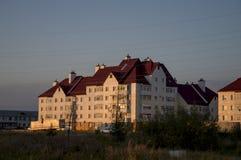 Здание города мульти-storeyed в свете захода солнца Стоковое Изображение RF
