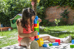 Здание девушки портрета с пластичной конструкцией забавляется в саде Стоковые Фото