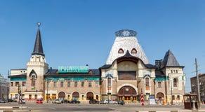 Здание железнодорожного вокзала Yaroslavsky, Москва, Россия Квадрат Komsomolskaya стоковая фотография rf