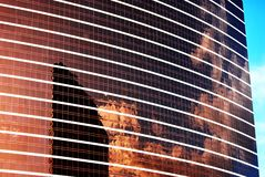 Здание заволакивает отражение и небо стоковая фотография rf