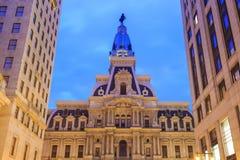 Здание здание муниципалитета Филадельфии историческое на сумерк Стоковые Фото