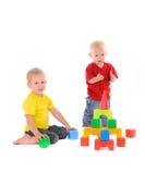 Здание игрушки строения 2 братьев покрашенных кубов Стоковые Изображения