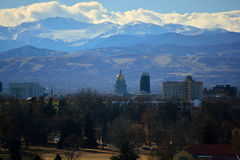Здание капитолия положения Колорадо с скалистыми горами в стоковые изображения rf