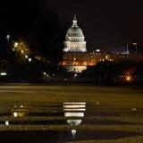 Здание капитолия США и свое отражение на бассейнах дождя Стоковые Фото