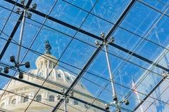 Здание капитолия США через стеклянные поддержки хрома металла Windows стоковая фотография rf
