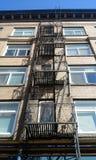 здание кирпича вниз избегает лестницы ведущего металла пожара самомоднейшие Стоковая Фотография RF