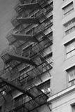 здание кирпича вниз избегает лестницы ведущего металла пожара самомоднейшие стоковое изображение rf