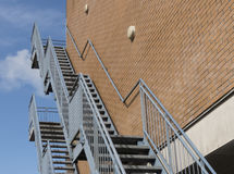 здание кирпича вниз избегает лестницы ведущего металла пожара самомоднейшие Стоковая Фотография
