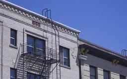 здание кирпича вниз избегает лестницы ведущего металла пожара самомоднейшие Стоковое Изображение