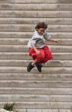 здание мальчика скача  Стоковая Фотография RF