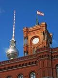 Здание муниципалитет Берлина (Rathaus) и башня TV (Fernsehturm) Стоковые Изображения RF