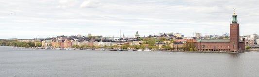 Здание муниципалитет в Стокгольме увиденном от Söder Стоковые Изображения RF
