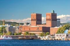 Здание муниципалитет и гавань Осло стоковое изображение