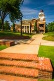 Здание муниципалитет и городок зеленеют в городском Дулуте, Georgia Стоковое фото RF