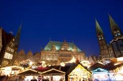 Здание муниципалитет и рождественская ярмарка в Бремене к ноча Стоковые Фотографии RF